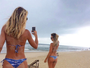 Ticiane Pinheiro posa de biquininho na praia e exibe bumbum sujo de areia