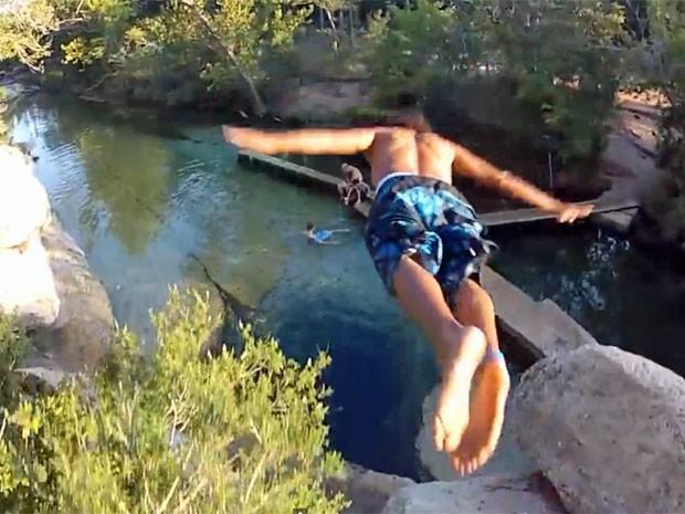 Homem mergulha no Jacob's Well, no Texas (Foto: Reprodução/Youtube/Micbergsma)