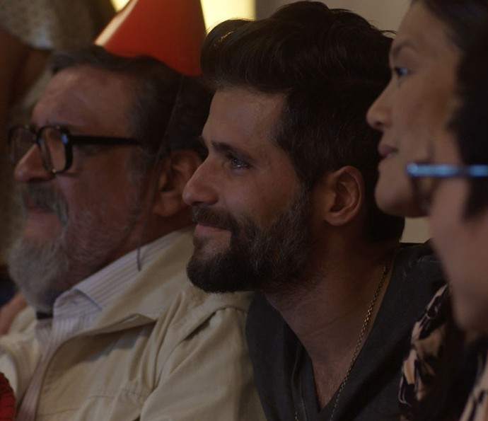 Mario fica emocionado ao rever Alice pela tela (Foto: TV Globo)