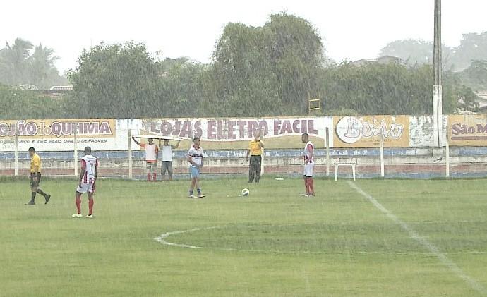 Maqueiros se protegem da chuva (Foto: Reprodução/TV Clube)