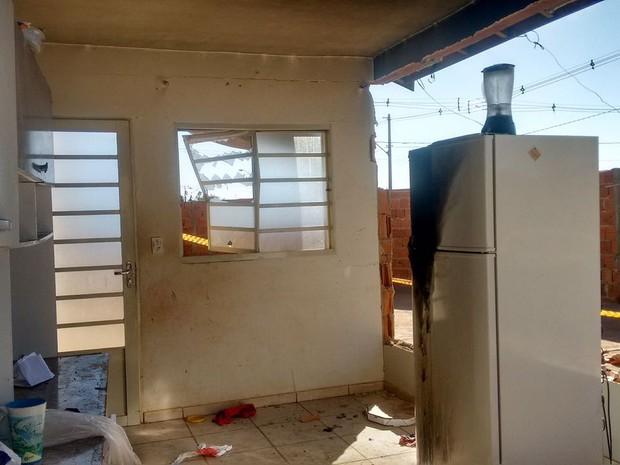 Vela estava sobre a geladeira e tombou sobre inseticida (Foto: Noticiário Araraquara)