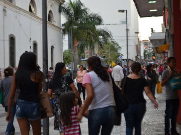 Pessoas circulam na região comercial do Centro de Campinas (SP) (Foto: Marina Ortiz/ G1)