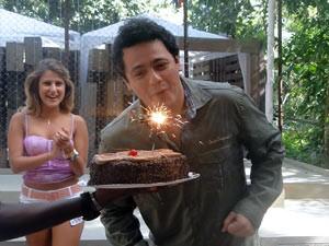 Feliz, o ator assopra as velinhas (Foto: Malhação / Tv Globo)