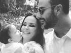 Carolina Ferraz posta foto linda com a filha e o marido