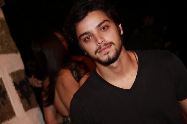 Rodrigo Simas na festa de Giovanna Lancellotti (Foto: Isac Luz / EGO)