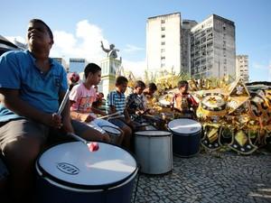 Integrantes do protesto batucam tambores (Foto: Jonathan Lins/ G1)