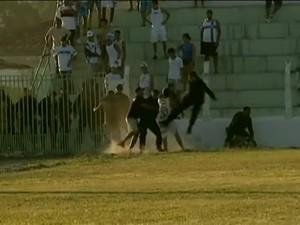 Oficiais do BOPE agridem torcedores em pleno gramado do estádio Orlando Gomes de Barros, em União dos Palmares-AL  (Foto: Reprodução/ SporTV)