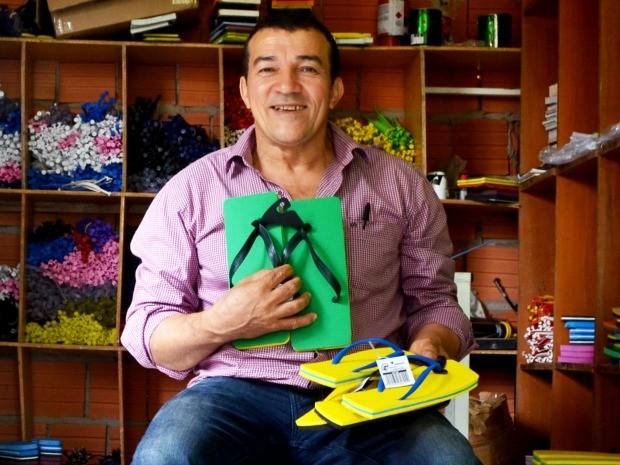 Empresário Jonas exibe sandálias criadas por ele (Foto: Amanda Borges/G1)