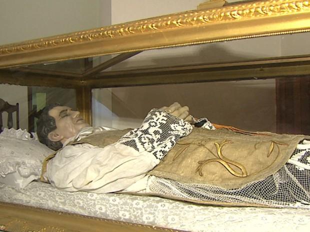 Relíquias de Dom Bosco estão expostas em urna trazida de santuário da Capital (Foto: Marlon Tavoni/EPTV)
