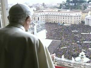 O Papa Bento XVI durante a oração do Ângelus neste domingo (24), no Vaticano (Foto: Reprodução/TV Globo)