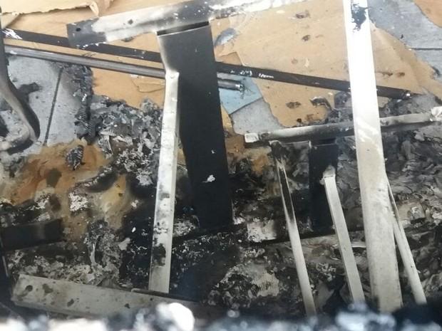 Resquícios de cortina queimada  (Foto: Câmara de Sorocaba/Divulgação)