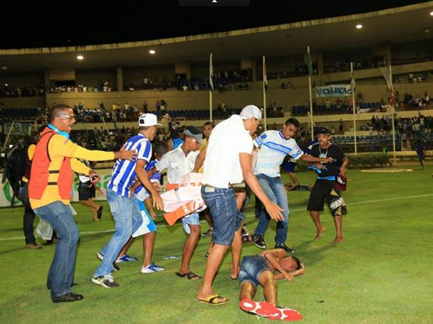 Torcedores invadem gramado no Estádio Rei Pelé e protagonizam confusão (Foto: Ailton Cruz/Gazeta de Alagoas)
