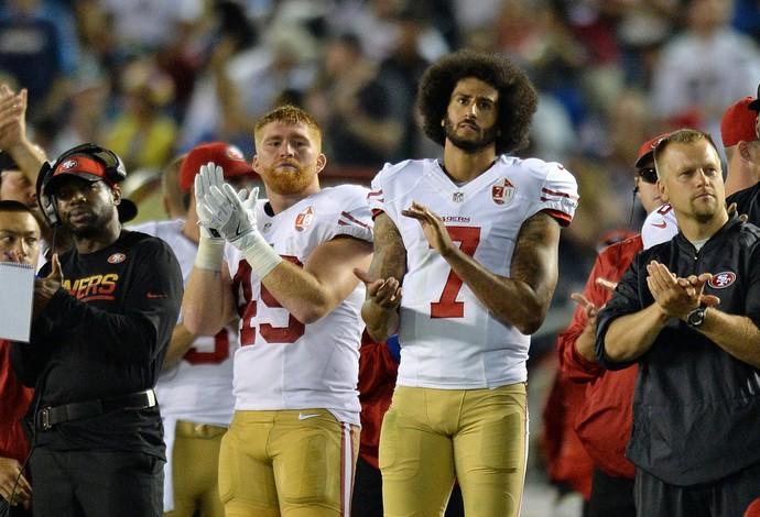 Bruce Miller ao lado de Colin Kaepernick: dupla envolvida em polêmica na pré-temporada (Foto: Reuters)
