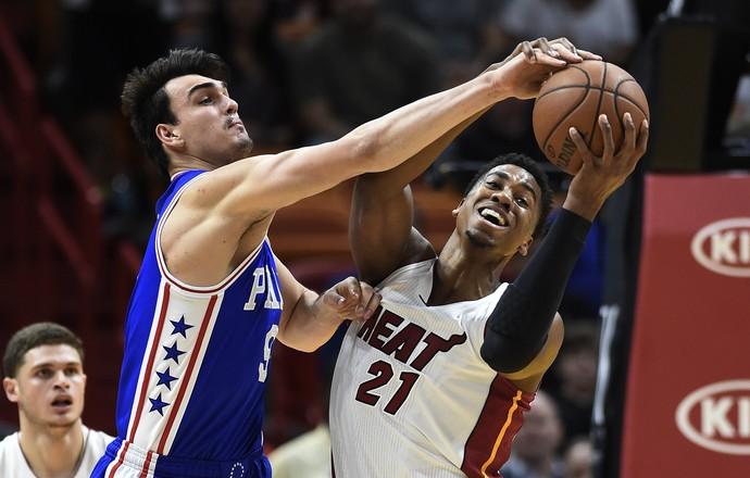 Philadelphia 76ers x Miami Heat Whiteside Dario Saric NBA (Foto: EFE)