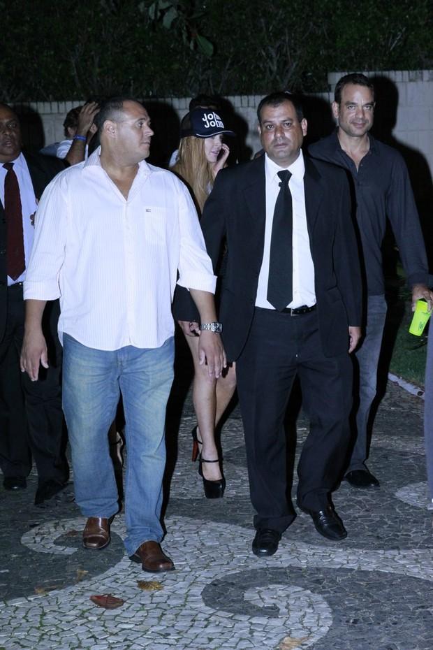 Lindsay Lohan deixa a boate cercada por seguranças (Foto: Alex Macedo/ AgNews)