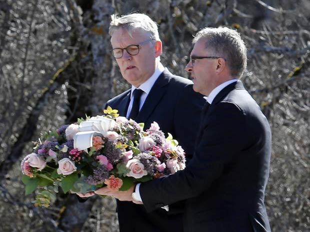 O diretor-exeutivo da Lufthansa Carsten Spohr e o diretor da Germanwings Thomas Winkelmann deixam flores em memorial às vítimas da queda de voo da Germanwings nos alpes franceses (Foto: REUTERS/Jean-Paul Pelissier)