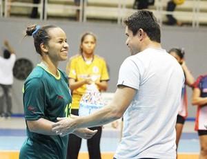 Joyce Fiel, armadora do handebol do Paysandu, recebe de Vanderson o troféu de melhor jogadora da partida contra o Nilton Lins-AM (Foto: Divulgação/Ascom Paysandu)