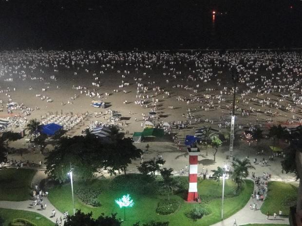 Milhares de pessoas lotaram a praia santista nesta virada (Foto: Mariane Rossi / G1')