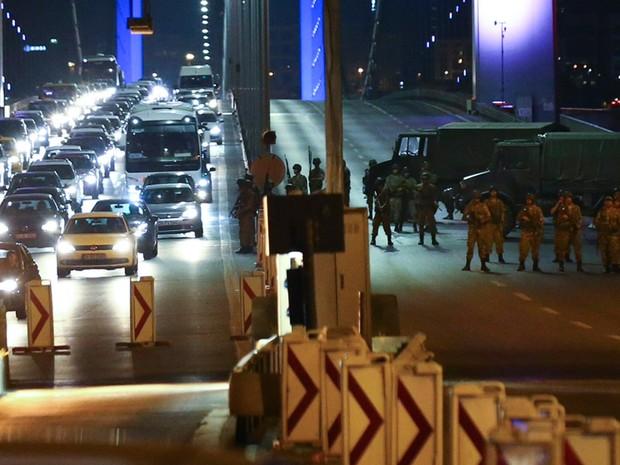 Militares turcos fecham o acesso à Ponte do Bósforo em Istambul, na Turquia (Foto: Reuters)
