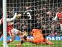 Árbitro pede desculpas a jogadores do Hull por validar gol de mão de Sánchez