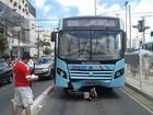 Acidente com moto e ônibus deixa dois feridos em avenida de Fortaleza