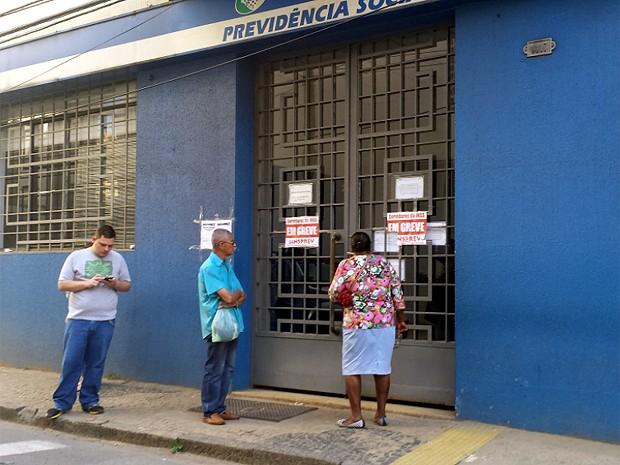 Segurada do INSS encontra agência do Centro de Campinas fechada (Foto: Priscilla Geremias/G1)