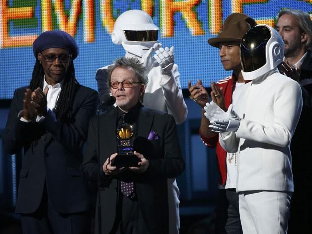 Ao lado do produtor Paul Williams e de Pharrell Williams e Nile Rodgers, o Daft Punk recebe o Grammy de 'Álbum do ano'  (Foto: Reuters/Mario Anzuoni)