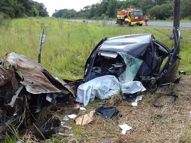 Carro ficou completamente destruído após colisão (Foto: Divulgação/PRF)