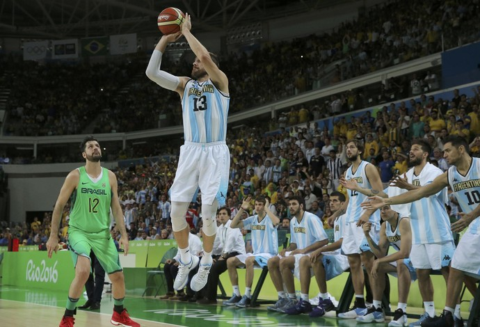 Nocioni cesta do empate Brasil x Argentina Basquete masculino (Foto: Reuters)