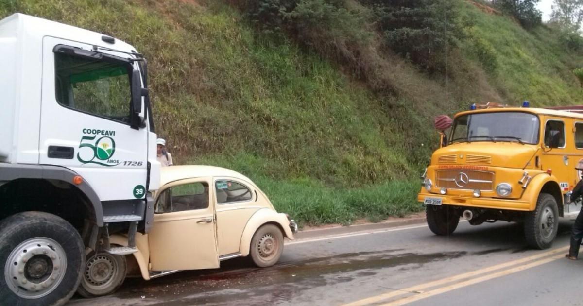 Fusca e caminhão batem de frente e dois se ferem na rodovia ES-355 - Globo.com