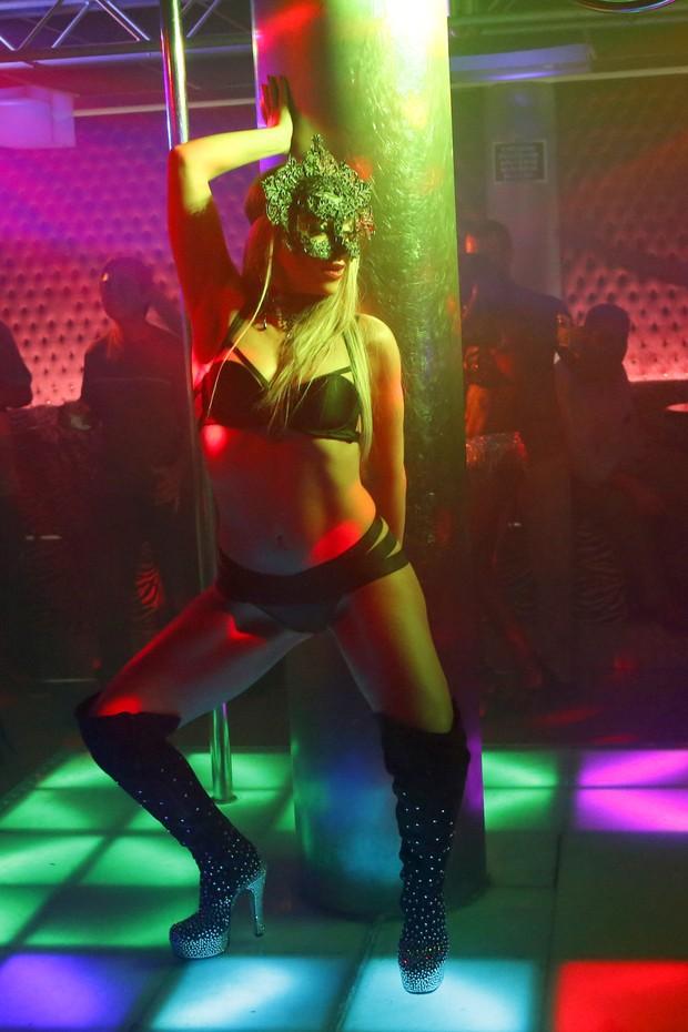 EGO - Suzana Pires aparece loira e pratica pole dance em