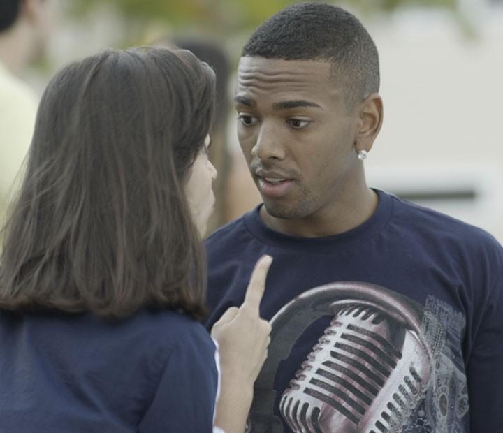 Cleyton deseja boa sorte para Krica, mas ela não quer a torcida dele (Foto: TV Globo)