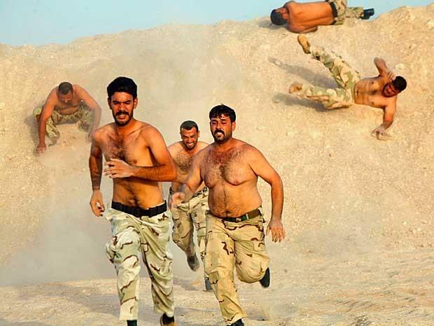 Combatentes xiitas, que se juntaram ao exército iraquiano para lutar contra militantes do Estado Islâmico, participam de treinamento de campo na região do deserto entre Kerbala e Najaf, ao sul de Bagdá. (Foto: Alaa Al-Marjani / Reuters)