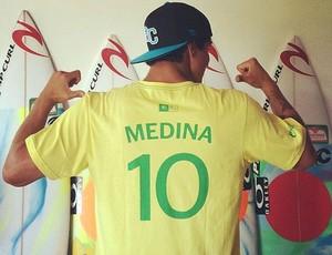Gabriel Medina camisa em homenagem ao Brasil (Foto: Reprodução / Facebook)
