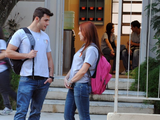 Débora usa Bernardo para fazer ciúmes em Jeff (Foto: Malhação / Tv Globo)