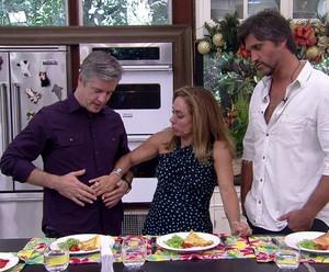 Cissa passa a mão na barriga de Victor (Foto: TV Globo)