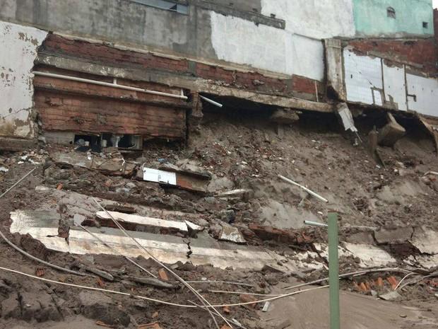 Deslizamento de terra danificou colunas do prédio (Foto: Defesa Civil/Arraial do Cabo)