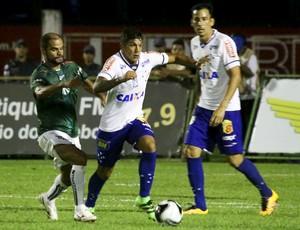 Lucas Romero e Ariel Cabral, do Cruzeiro, no jogo contra a Caldense (Foto: Luciano Santos / Light Press)