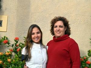 Carolina e a mãe na casa onde moram em Piracicaba (Foto: Fernanda Zanetti/G1)
