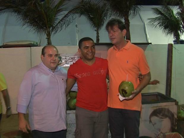 Governador Cid Gomes e prefeito eleito de Fortaleza, Roberto Claudio, acompanharam o teste na Praia de Iracema e tiraram fotos com fortalezanses e turistas que passavam pelo local.  (Foto: TV Verdes Mares/ Reprodução)