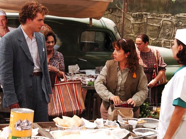 Marcos (Thiago Fragoso) decide provar o pastel da barraca de dona Edite (Andrea Avancini) e, ao tentar pagar a conta, percebe que sua carteira foi furtada (Foto: Divulgação/ TV Globo)