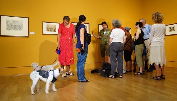 Para a exposição, museu selecionou obras sobre a relação emocional entre cachorros e humanos  (Foto: Clarissa Neher)