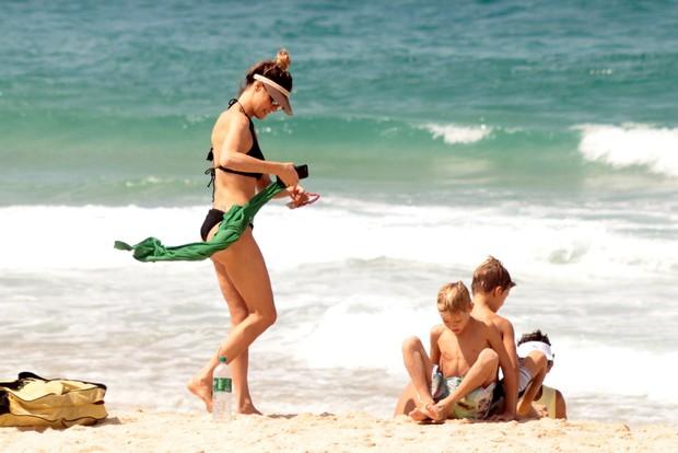 Fernanada Lima e família na praia (Foto: AgNews / AgNews)