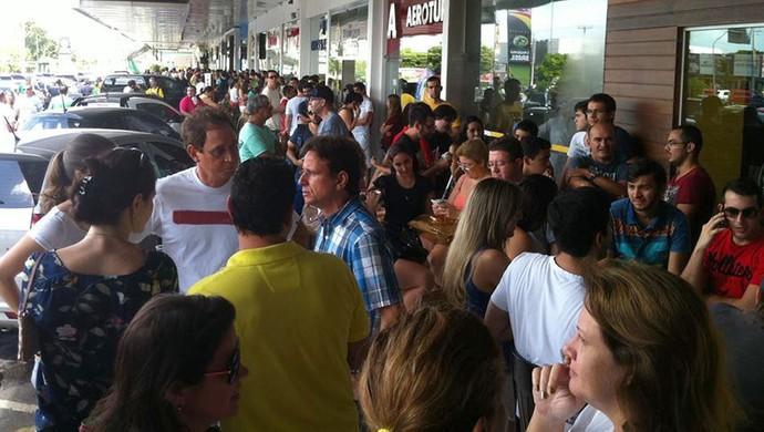Muitos torcedores tentam trocar e ainda buscam ingressos para Japão e Grécia (Foto: Arthur Barbalho/GloboEsporte.com)