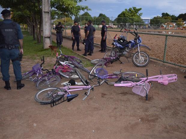 As bicicletas usadas para atacar  os guardas foram abandonadas pelos galerosos (Foto: Marcelo Marques G1 RR)