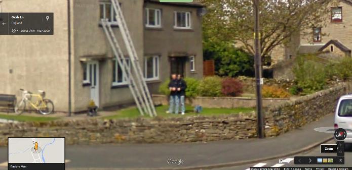 Gêmeos siameses ou um erro na imagem capturada pelo Google Maps? (Foto: Reprodução/Google)