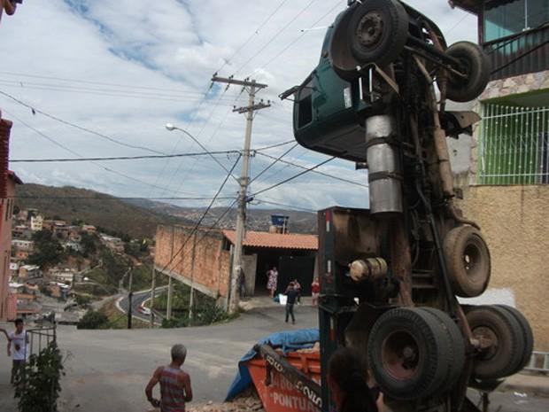Caminhão tomba e fica em posição nada comum em Sabará. (Foto: Davidson Luiz Pereira Lopes / VC no G1)