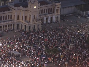 Manifestantes fazem ato a favor da democracia em Belo Horizonte nesta quinta-feira (31) (Foto: Reprodução/TV Globo)