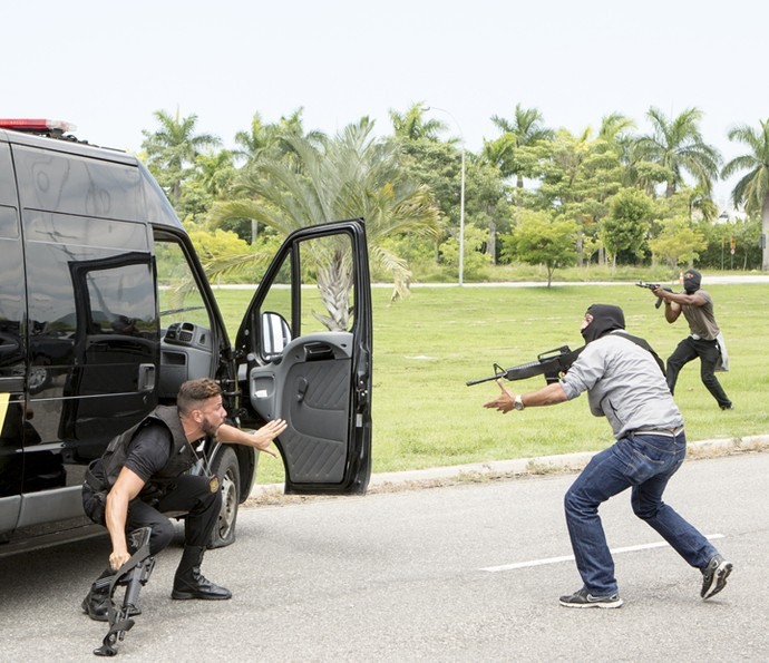 Bandidos pegam policiais de surpresa (Foto: Felipe Monteiro/ Gshow)