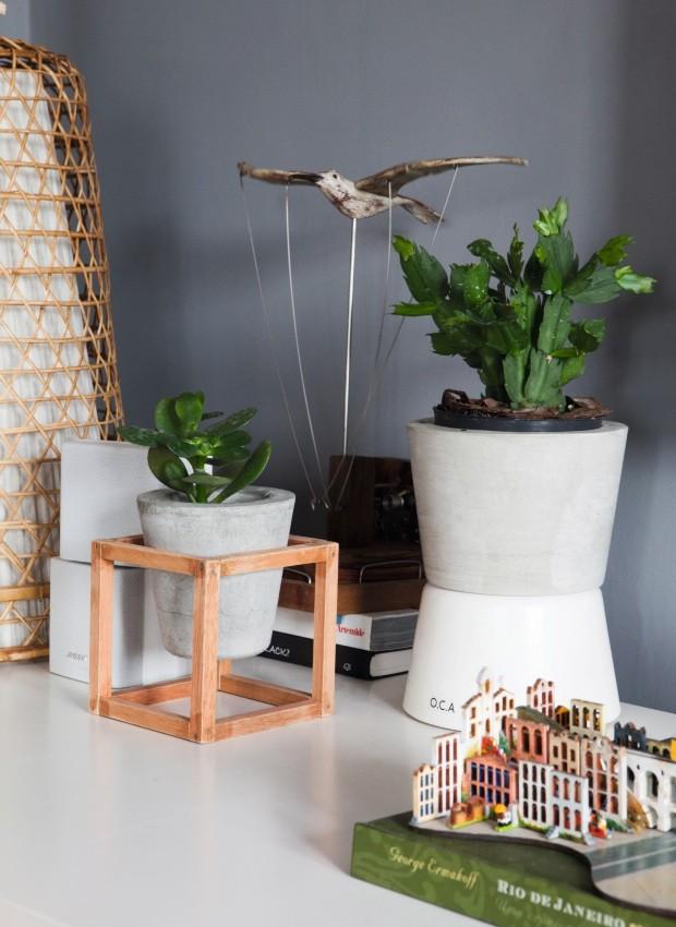 Vasos de concreto com suporte de madeira (Foto: Lufe Gomes / Editora Globo)